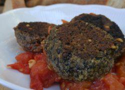 קציצות עדשים שחורות ופטריות ברוטב עגבניות צלויות חריף