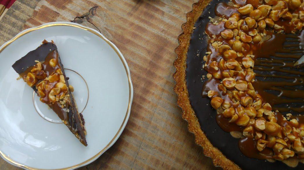 טארט שוקולד שקדים עם אגוזי לוז וקרמל מלוח מיוחד לפסח