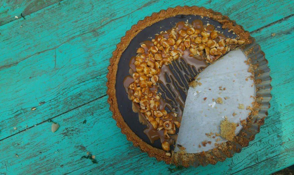 טארט שוקולד שקדים טבעוני עם אגוזי לוז וקרמל מלוח לפסח