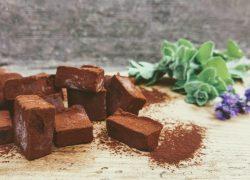 טראפלס שוקולד חלומי עם שמן זית, דובדבני אמרנה וזעתר טרי
